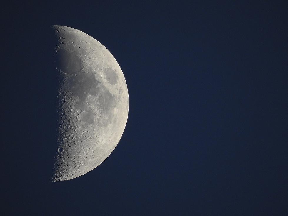 Half Moon ZOOM NikonN90.png