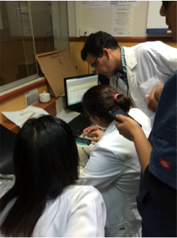 (Residents and interns using PEMSoft on their mobile phones.)