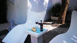 Acceso a jardin con vino y queso