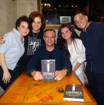 Renato, sua esposa e seus filhos, durante o lançamento do livro.
