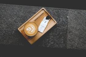 latte-trong-khay-go.jpg