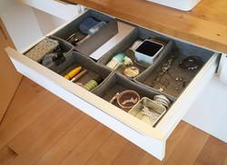 Diese Utensilos sind aus Filz und individuell für die Schublade gefertigt (DIY). Aus Pappkartons kön