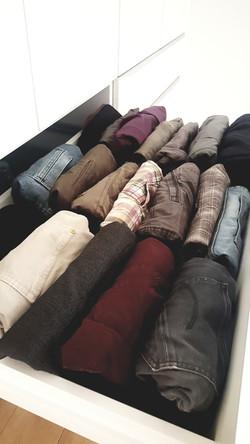 Hosen und Röcken können in Schubläden aufrecht und platzsparend hingestellt werden.