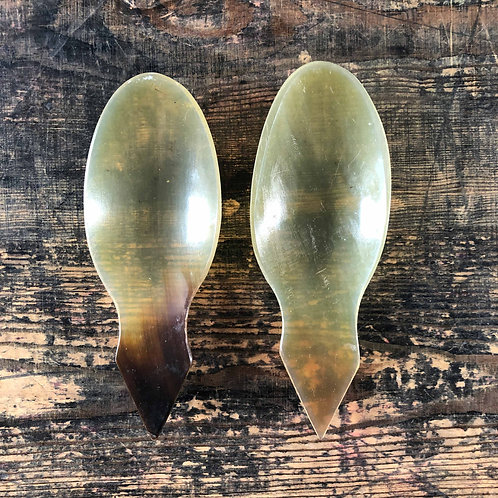 A pair of immaculate Georgian Scottish cow horn caddy spoons
