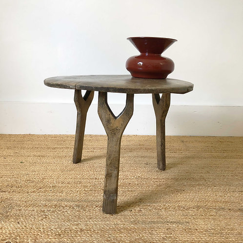 A primitive antique oak side table. Early 19th century.