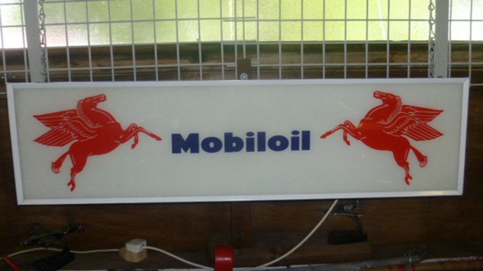 Mobiloil Hanging Lightbox