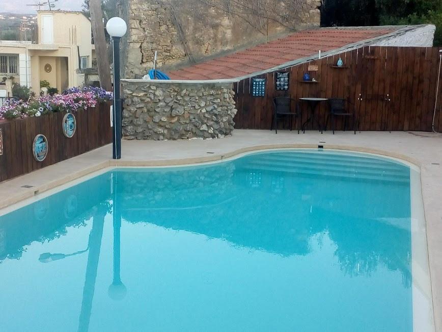 Vårt nyoppussede og innbydende svømmebasseng.