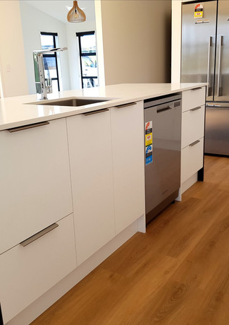 Kitchen Island with streamlined asthetic from undermount sink