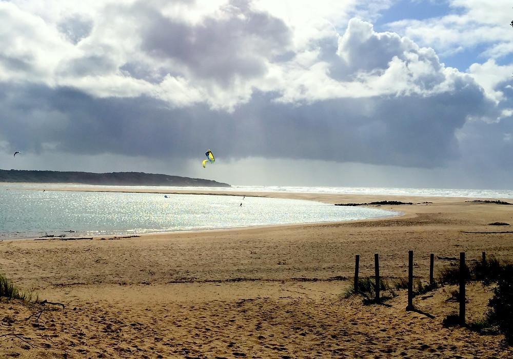 début de l'estuaire du Payré et pratiquants de kitesurf