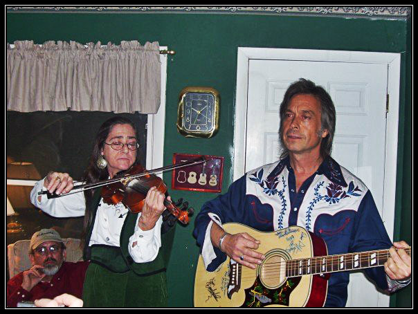Kevin McArthur has the best seat in the house behind Patty Pfister and Jim Lauderdale.  GPGP after party, 2007.