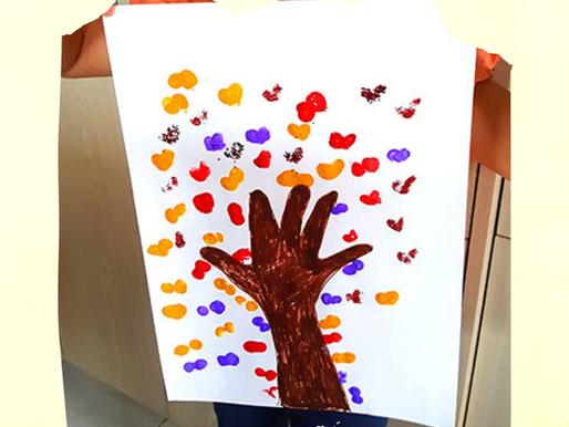Geschenkidee- Herzbaum aus Hand- & Fingerabdrücke basteln mit Kindern