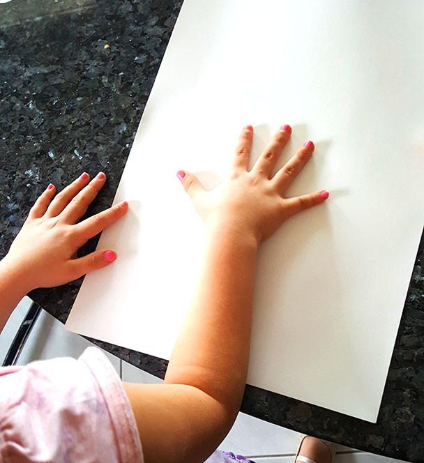 Handabdruck auf dem Papier