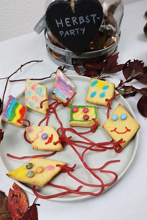 Rezept für süsses Gebäck - Drachenkekse zum backen im Herbst mit Kindern. Diese leckeren Kekse (Plätzchen / Guetzli) können auch für den Kindergeburtstag im Herbst als Beschäftigungsidee / Aktivität gemacht werden. So können die Kinder dann ihre selbst dekorierten Kekse mit nach Hause nehmen.