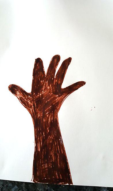 Ausgemalte Hand (Baumstamm)