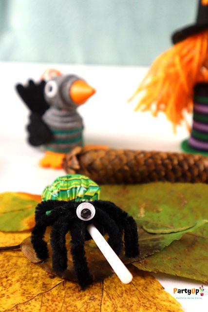 Mitgebsel für die Halloween oder Gruselparty: Spinnen Lolli zum einfach selber basteln mit Kindern. Auch als Mitbringsel für den Geburtstag in der Schule, Kita oder Kindergarten geeignet.