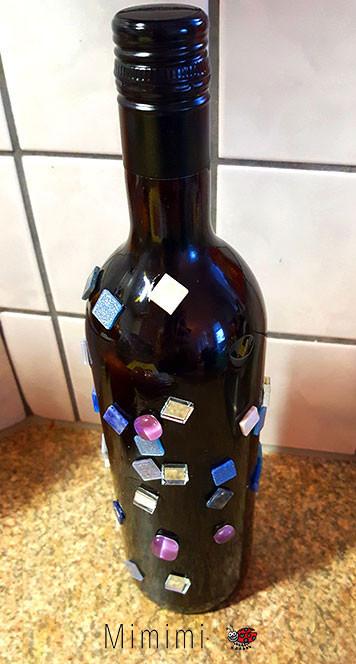Weinflasche mit Schmucksteine beklebt