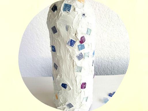 Geschenke basteln mit Kindern - Flaschen im Mosaik-Stil dekorieren