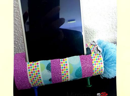 Geschenkidee basteln mit Kindern - Handyhalter aus Klopapierrolle