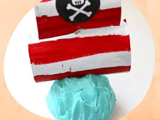 Coole Piraten Cupcakes mit Segel aus Klopapierrollen für die Piratenparty