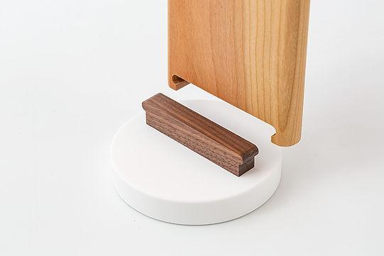 精密な設計の本体と台座