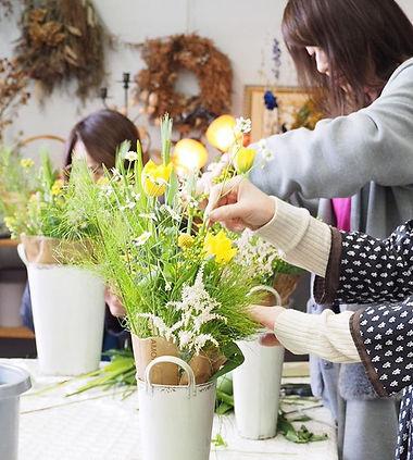今月のツキイチレッスン。_._白い小花マトリカリアと黄色のチューリップを使った春
