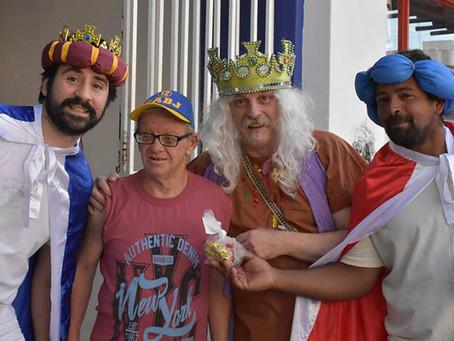 Los reyes visitaron los barrios de la ciudad