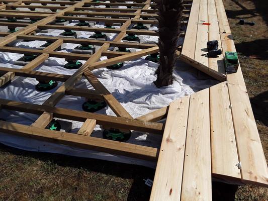 Création de terrasse en bois avec palmier