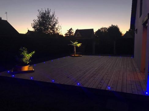 Terrasse bois achevée nocturne