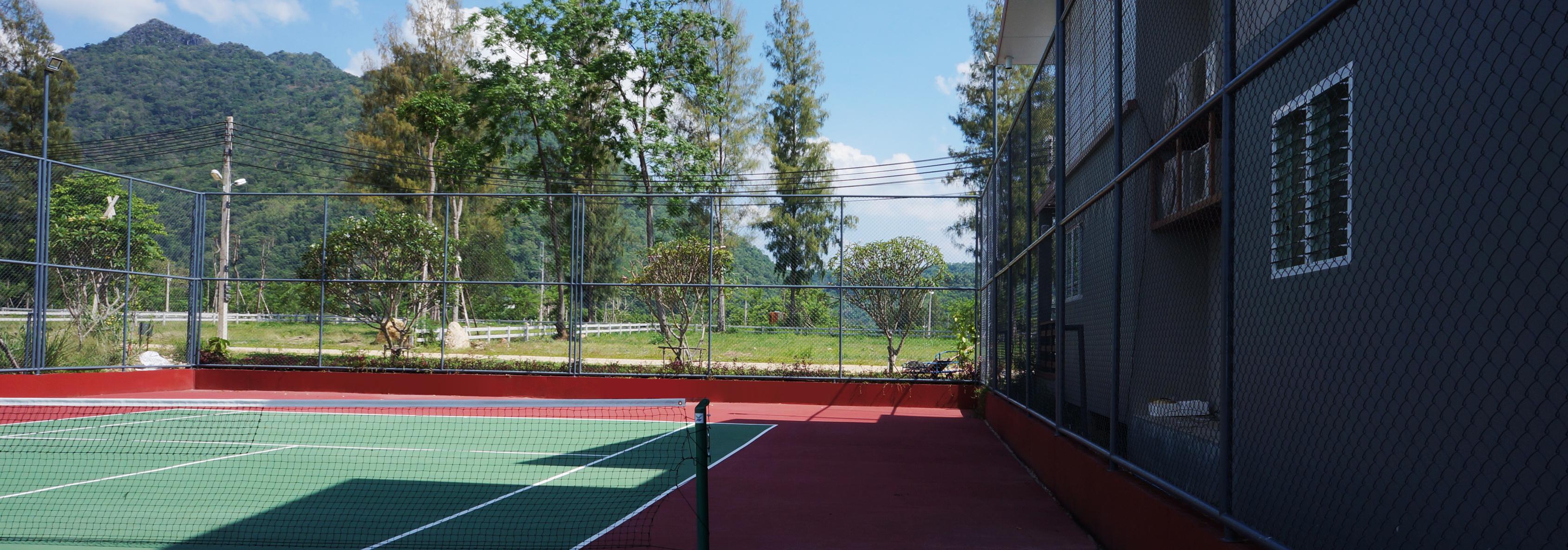 สนามเทนนิสมาตรฐานพร้อมไฟกลางคืน