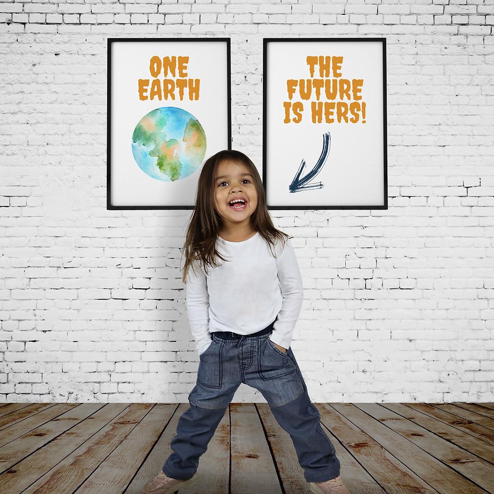 Flicka i jeans och vit tröja som står framför två tavlor med miljöbudskap.