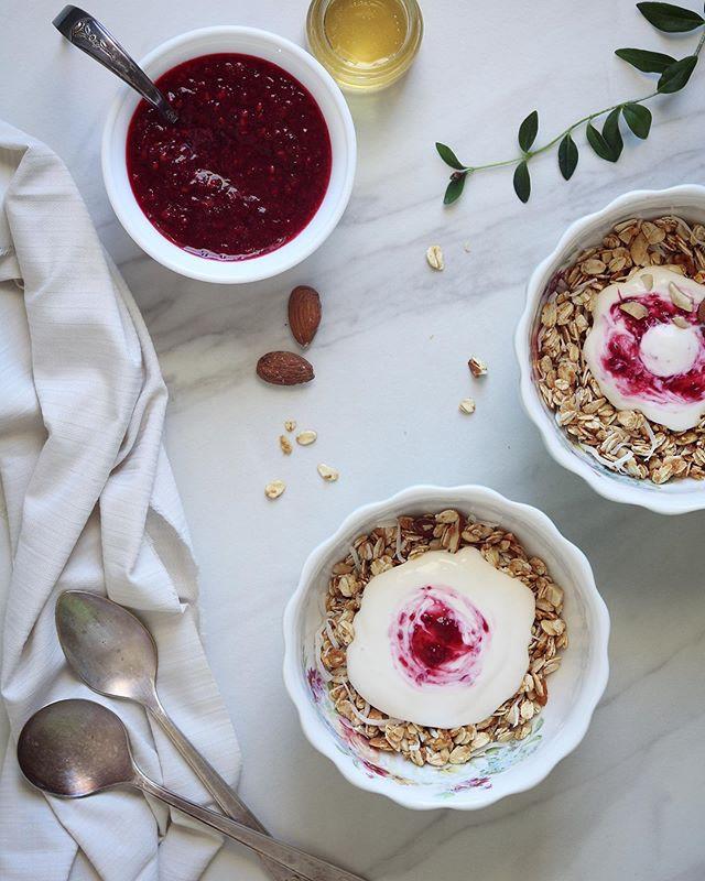 Granola con almendras y coco + yogurt griego y puré de moras