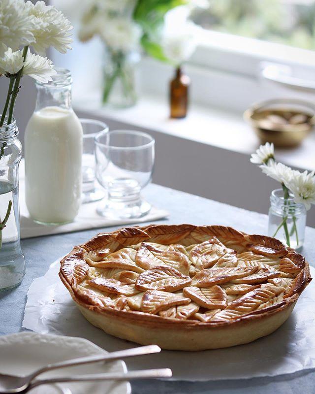 Pie de manzana con cubierta de hojas