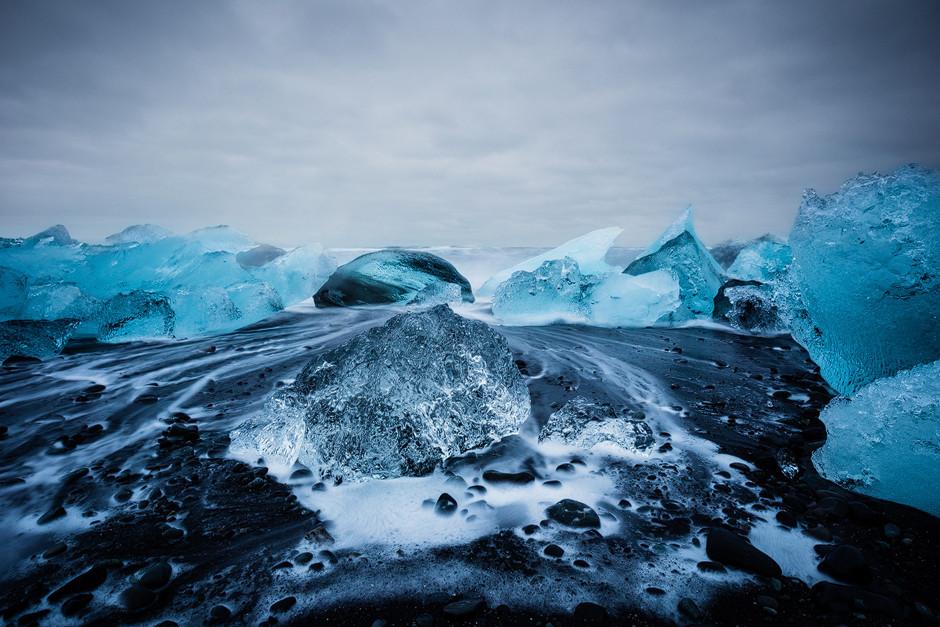 Falls man einzelne Ereignisse in dieser Woche überhaupt hervorheben kann. Der Chrystal Beach war sicher ein weiteres fotografisches Highlight. Die von den Wellen zurückgespülten Eisberge an den schwarzen Strand waren fast mystisch mit ihren Bewegungen und knisternden Geräuschen. Die Zeit ist nur so verflogen beim Fotografieren.