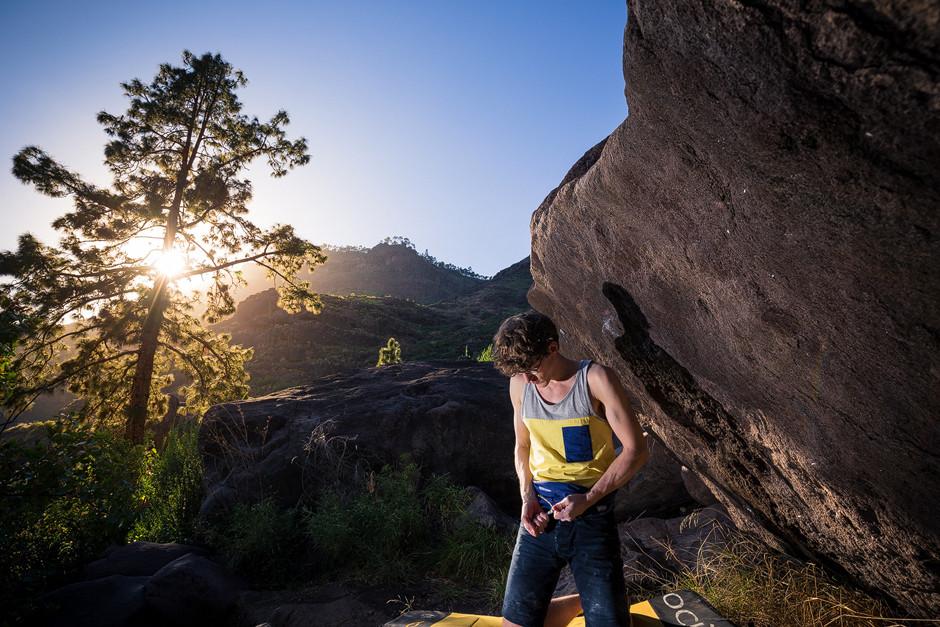 """Die untergehende Sonne wirft ihre letzten Strahlen auf das erste Mini-Boulder-Projekt des Urlaubs - """"Porcasí"""" wird ein knackiger Sitzstart mit kleiner Leiste und Zwei-Fingerloch. Dann als quasi Ein-Zug-Problem bis zum Mantle und raus."""