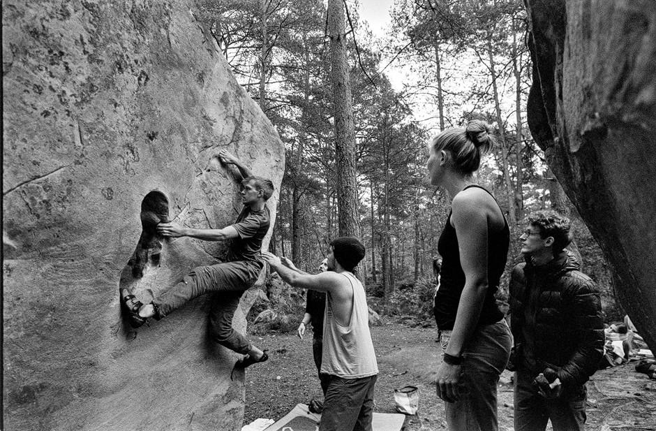 Nirgendwo sonst wird Gemeinschaft beim Bouldern so gelebt, wie in Fontainebleau. Sportfotografie bastianpaas.de