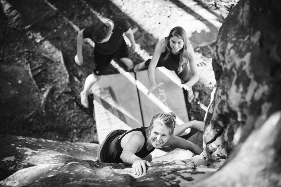 Im Sommer sind die Tage im Wald und am Fels dafür umso länger. Purer Genuss! Bouldern Fontainebleau. Sportfotografie bastianpaas.de
