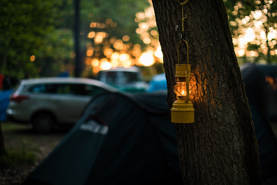 Kochen im Camp spät am Abend im Licht epischer Sonnenuntergänge. Die gelbe Öllampe ist dabei seit Jahren ständige Begleiterin.