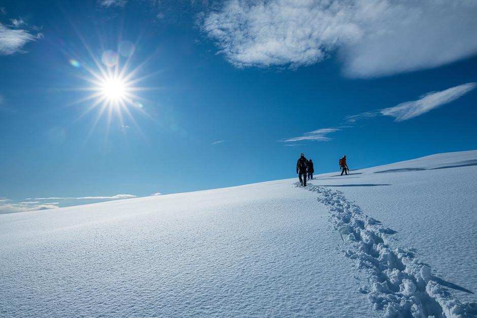 Und wieder einmal machen wir die ersten und einzigen Spuren - diesmal im Schnee auf dem Gletscher.