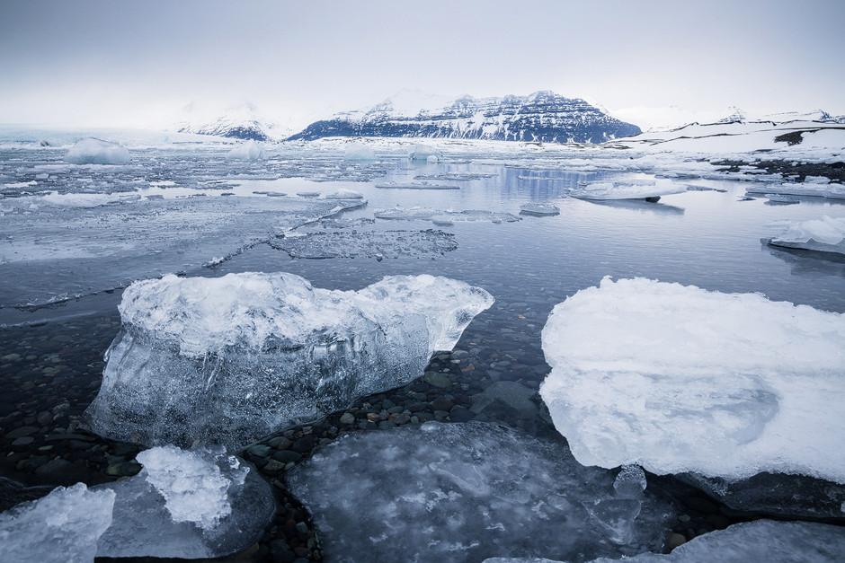 Ein weiteres Highlight fürs Fotografieren war die Gletscherlagune, wo eine Gletscherzunge des Vatnajökull in einen vorgelagerten See fällt, der Kontakt zum Ozean hat und deshalb nicht zugefroren war.