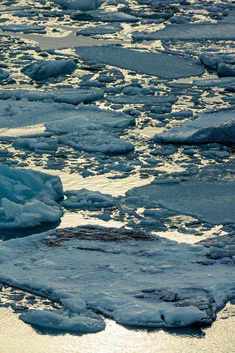Eisschollen, kurz vor dem Raustreiben aufs offene Meer.