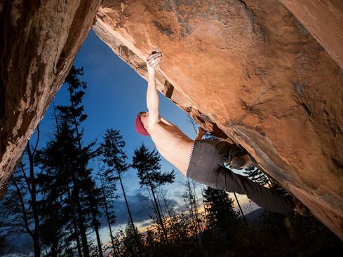 Pfalz Boulder Blockriss im Gegenlicht