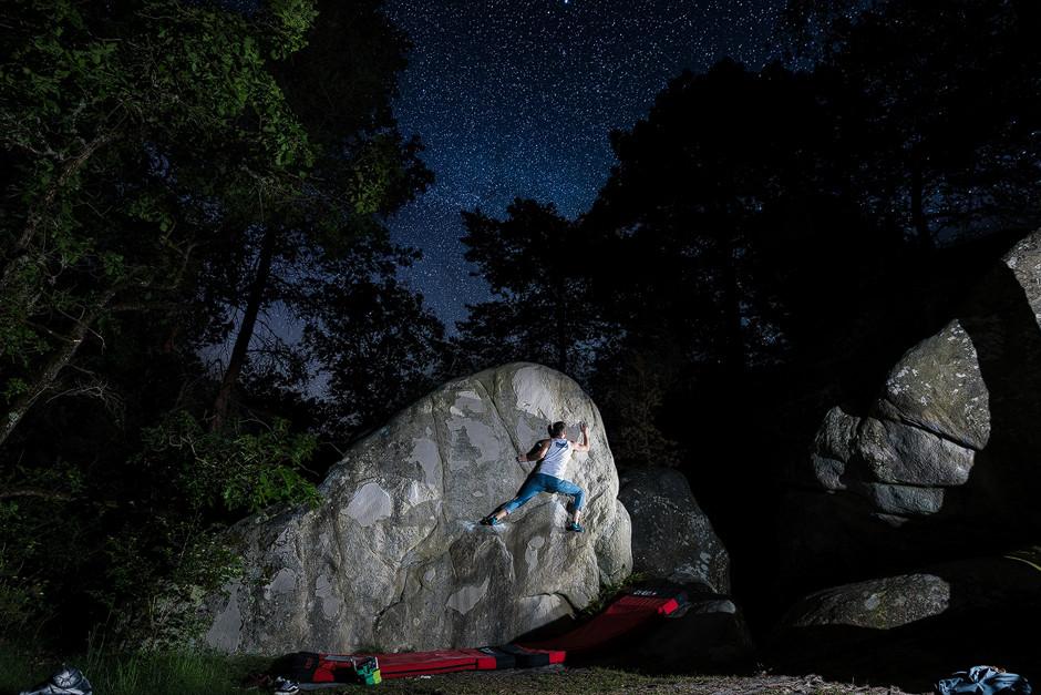 Für Nachtsessions muss man sich meist echt nochmal aufraffen. Es ist kalt, die Haut ist runter, der Körper tut weh und die Muskeln sehnen sich eigentlich nach einer wohlverdienten Pause. Bilder wie diese unter einem funkelnden Himmelszelt entschädigen aber für alle Mühen. Bouldern Fontainebelau Sportfotografie bastianpaas.de