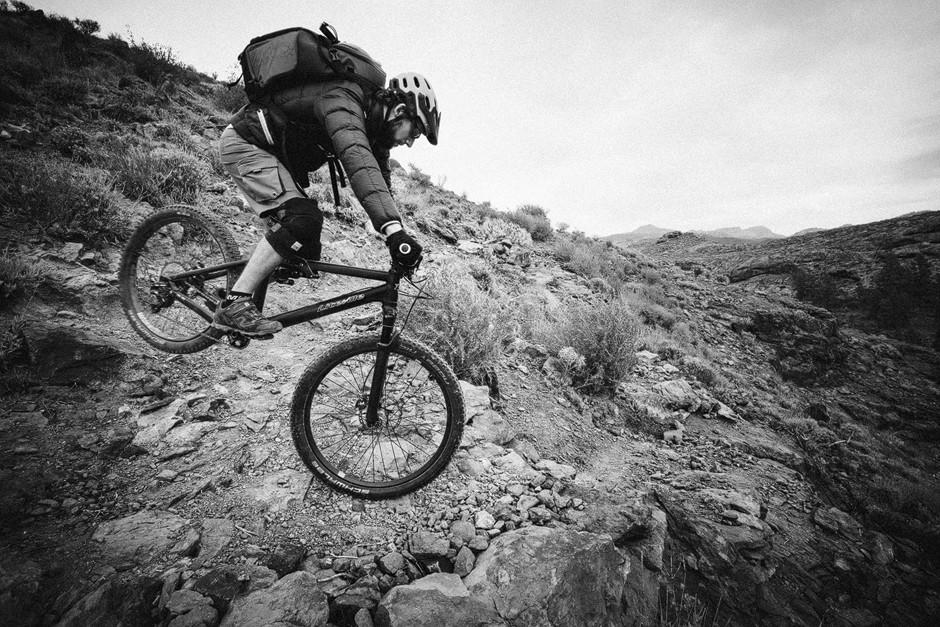 Das Foto-Equipment muss natürlich auch wieder runter ins Tal. Gerne dann auch auf dem richtigen Weg per Mountainbike die abwechslungsreichen und zum Teil sehr anspruchsvollen Trails runter - Hinterradversetzen inklusive.