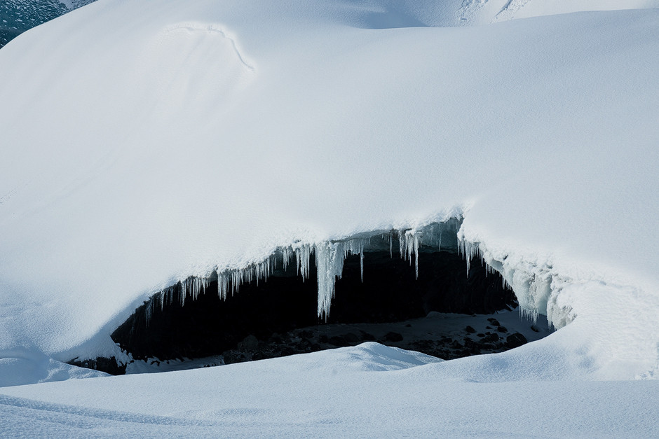 Ein geplanter Höhepunkt der Reise sollte die Begehung einer Gletscherhöhle werden. Nach einem klassischen White-out und Blizzard ähnlichen Wetterbedingungen auf dem Weg zum Gletscher, kamen wir Dank Wagemut unseres Guides als einzige und erste Personen an der Höhle an - unberührte Schneedecke inklusive. Was unter den dicken Eismassen auf uns wartete, übertrief dann all' unsere Erwartungen.