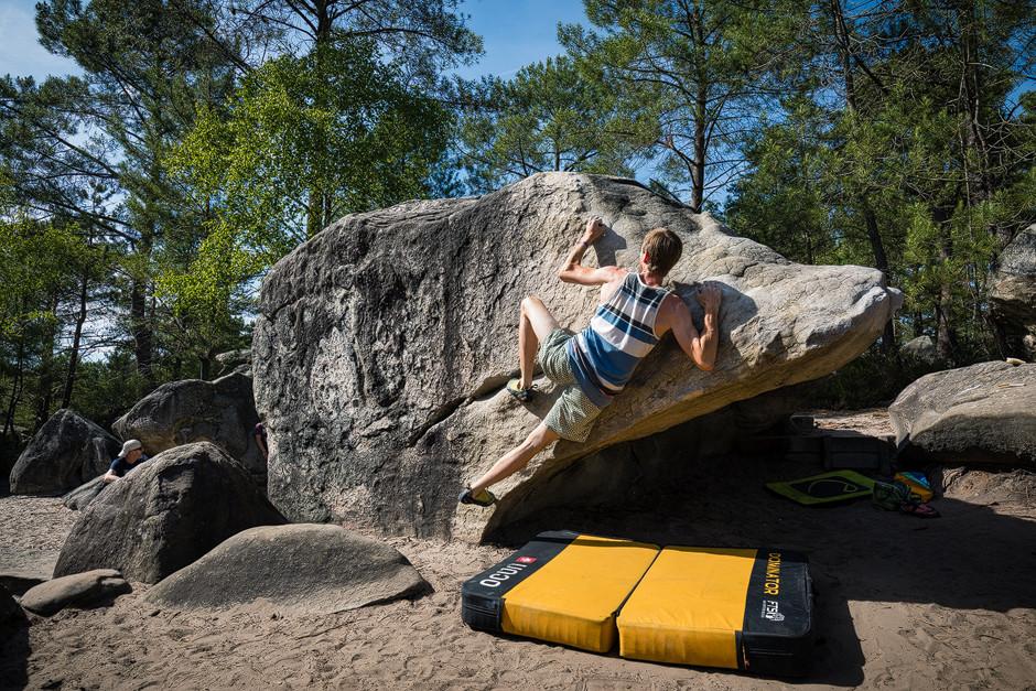 Manche Blöcke werden für einen selbst zum Klassiker - einfach, weil die Linie so schöne Bewegungsabläufe einfordert und man sie immer wieder gerne klettert (Le P'tit Toit, 6b+, 95.2). Bouldern Sportfotografie Fontainebleau bastianpaas.de