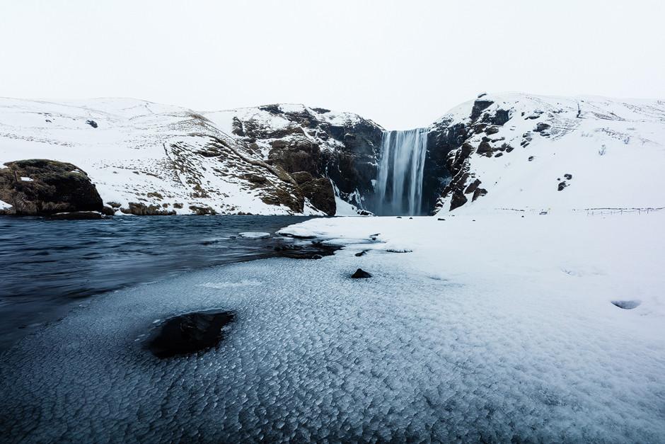 Der 50 m hohe Wasserfall Skógafoss. Vom Winde verweht.