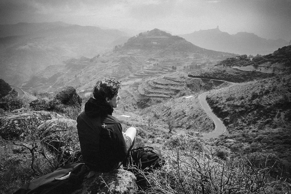 """Gipfelglück am """"Cruz Chica"""" mit Blick auf das Wahrzeichen der Insel, den """"Roque Nublo""""."""