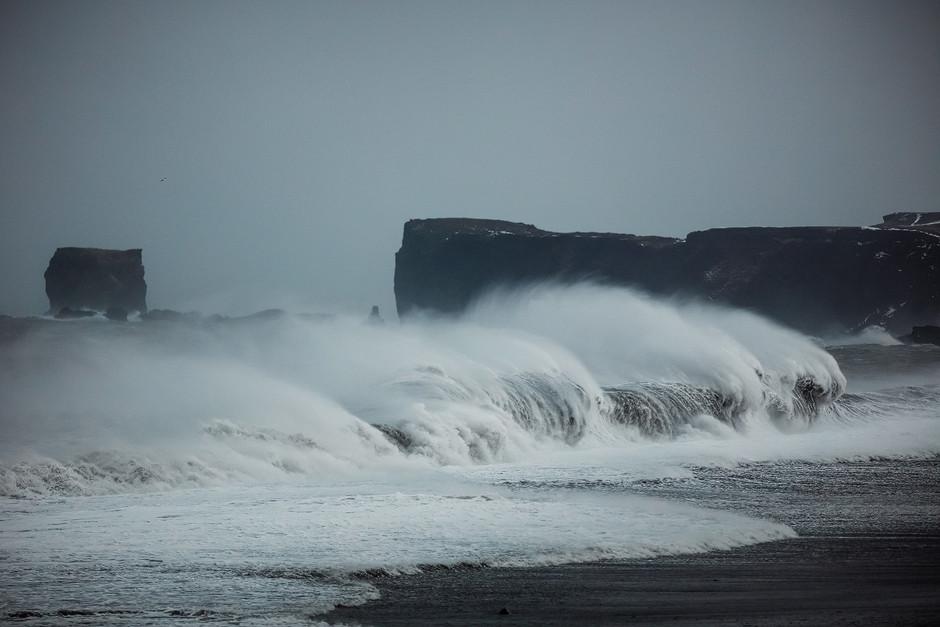 Foto Epos Vik, Island: Wellen beobachten ist wie ins Feuer starren - man kann nicht aufhören. Immer wieder taten sich im Sucher neue bizarre Formen auf.