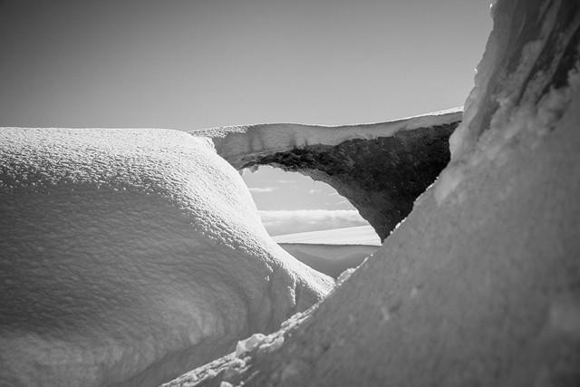 Gletscherbrücke in Island auf einer Gletscherhöhlentour. Schwarz Weiss.