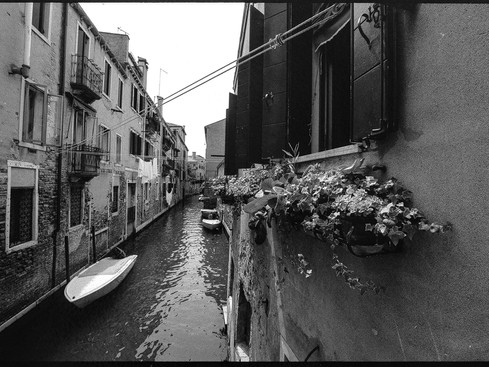 Venezia_balcony_black_and_white.jpg